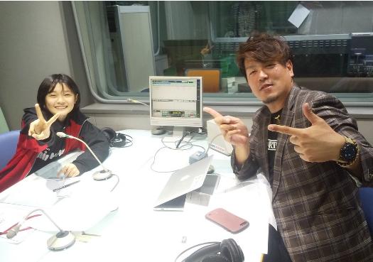 ラジオ関西の「Jujuの数珠つなぎ」では、パーソナリティのセオリーとともに、楽しいおしゃべりを届けている=神戸市中央区東川崎町
