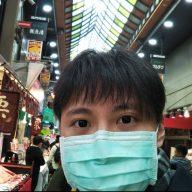 新型コロナウルイスの感染が拡がり 発信源とされる中国での死者が1,000人を超え、13日には日本国内で初の死者が出た。  予防対策としてのマスクは国内外問わず品薄となるなか それぞれの対策を神戸・三宮駅前と、 外国人観光客が訪れる大阪・黒門市場で聞いた。
