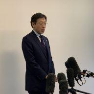 報道陣の質問に応える久元喜造神戸市長