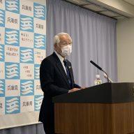 会見で説明する兵庫県の井戸敏三知事