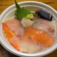 「海鮮丼」のこの日のネタは鯛、サーモン、貝柱、海老、ハマチ