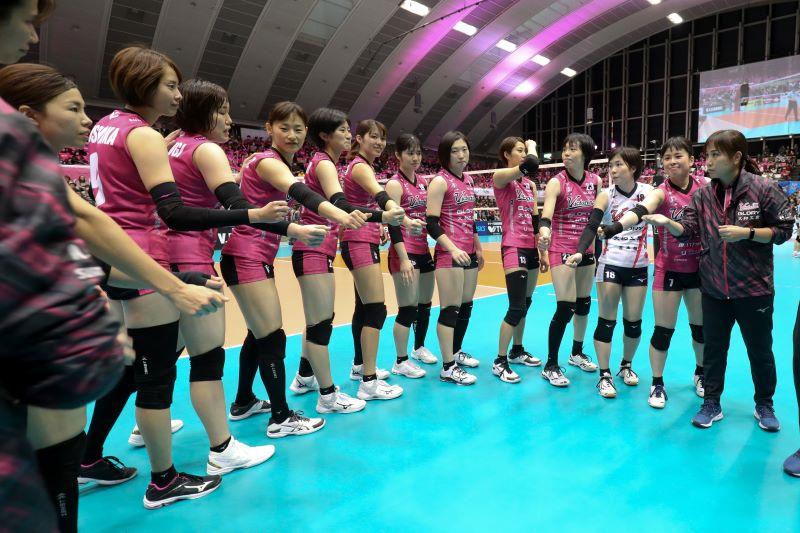 ヴィクトリーナ姫路の選手たちと竹下佳江監督(右)(写真提供:姫路ヴィクトリーナ)