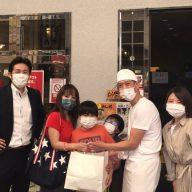 お店に購入に来た親子写真(右端:佳山奈央さん 左端:五島大亮さん)