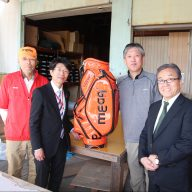広田ゴルフの皆さんと、ラジオ関西の三上公也アナウンサー(写真:ラジオ関西)