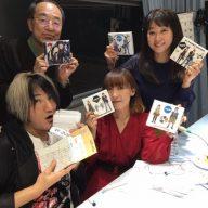 16日の放送に電話出演したangelaのKATSU(左下)とatsuko(右下) ※写真は2018年11月の番組出演時のもの(写真:ラジオ関西)