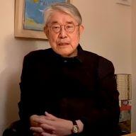 作詞家の松本隆さん、神戸の老舗ジャズ喫茶「木馬」の前で(写真提供:石田秀一さん)
