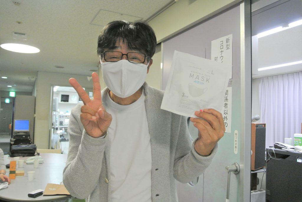 エアリズムマスクをする原田伸郎