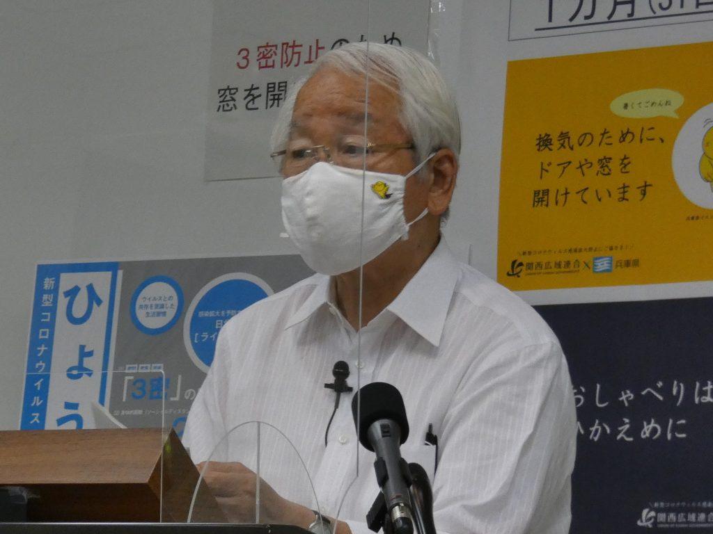 兵庫県の井戸敏三知事が、夏の県大会を戦う球児にエールを送った(16日午後=兵庫県庁)
