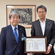 左:株式会社ラジオ関西の桃田武司代表取締役社長 右:神姫バス株式会社の長尾真代表取締役社長