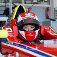 日本最年少フォーミュラ・ドライバーとして見事デビューウインを果たしたJuju