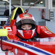 日本人最年少のフォーミュラ・カー・ドライバ―として見事デビュー・ウインを果たしたJuju