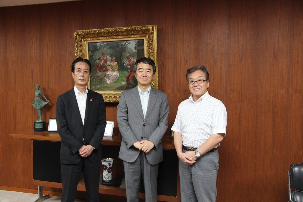 国立大学法人神戸大学副学長兼バリュースクールのスクール長を務める國部克彦さん(中央)とラジオ関西の三上公也アナウンサー(右) ※写真撮影時にマスクを外していただきました