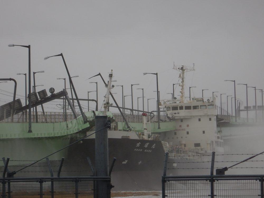 関西空港連絡橋事故(2018年9月4日撮影 画像・第五管区海上保安本部提供)