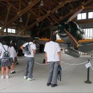 太平洋戦争の末期に日本海軍が開発した戦闘機「紫電改」の実物大模型を見学する中学生たち=加西市鶉野町