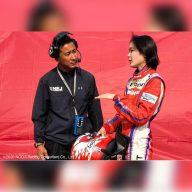 レースについて語り合う二人。父と娘ではなく監督とドライバーの間の緊張感が漂う