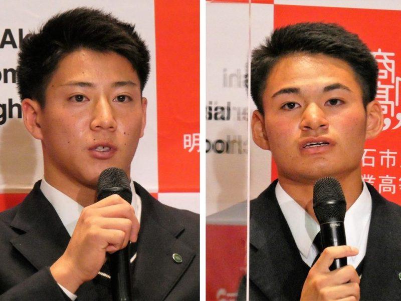 指名を受けた後に会見する(左から)来田涼斗と中森俊介(26日午後=明石商業高)