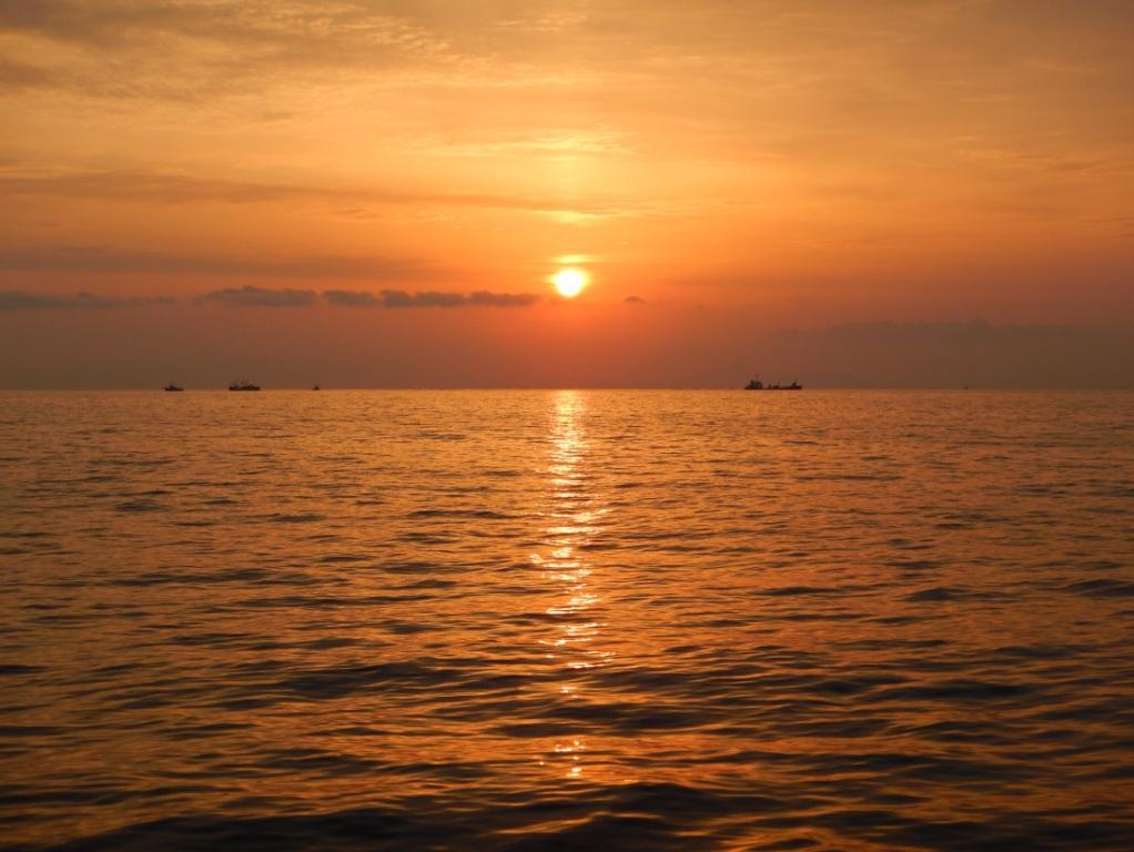 豊後水道から愛媛県の方向に朝日を望む(※2020年4月17日・5時50分 高見昌弘さん撮影)
