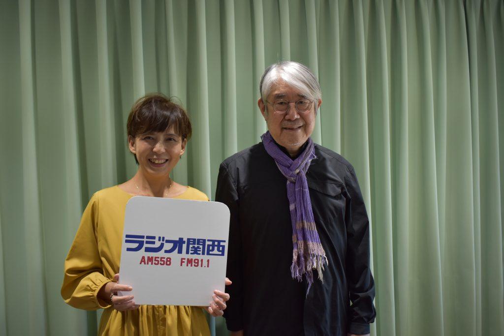 作詞家の松本隆さん(写真右)と、番組パーソナリティーのさくらいりょうこさん(写真:ラジオ関西)