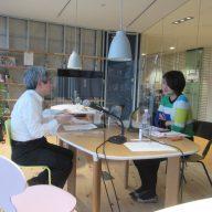 番組パーソナリティの平田オリザさん(左)田名部真理さん(右)(場所:豊岡市役所)