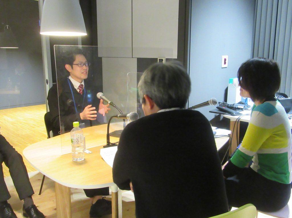 演劇祭を担当した豊岡市役所大交流課職員の水谷和馬さん(左)