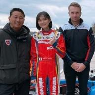 ジェイ・ハワード氏(右端)の下で新たな戦いに挑むJujuと野田さん。練習マシンの前で。(写真提供NODA Racing)