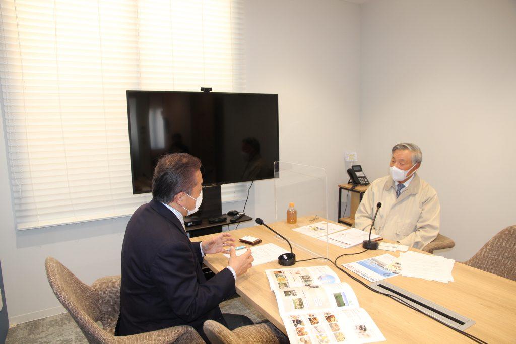 吉田ピーナッツ食品株式会社 代表取締役会長の吉田泰弘さん(右)