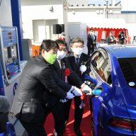姫路市が公用車に導入した「MIRAI」に水素を充填する田中基康環境部長、清元秀泰市長、間島寛社長(左から)