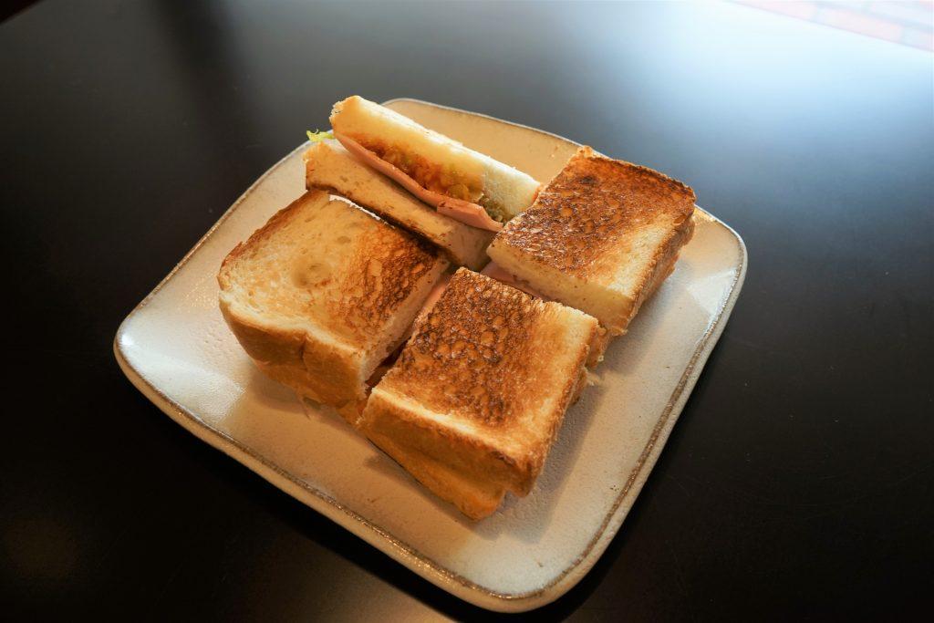 店主が甲子園球場のホットドッグから着想したハムトースト(写真:水野さちえ)