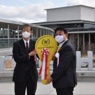 施工業者から建物を引き渡された姫路市の清元秀泰市長(右)