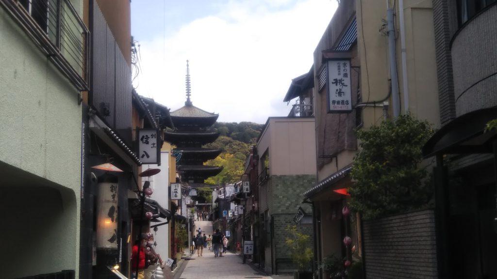 京都ではあらかじめ予定していた観光客が微増<写真・八坂通から八坂の塔を見る>