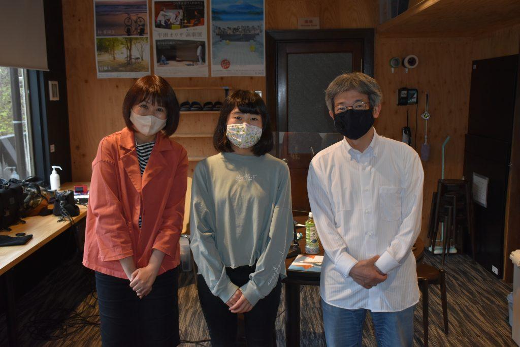 左から、田名部真理さん、城崎中学校3年生の井垣ゆうさん、平田オリザさん