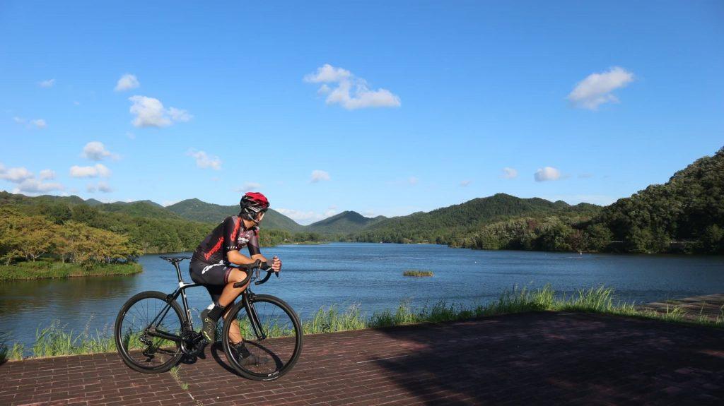 青野ダム(三田市)をサイクリングで駆け抜ける様子