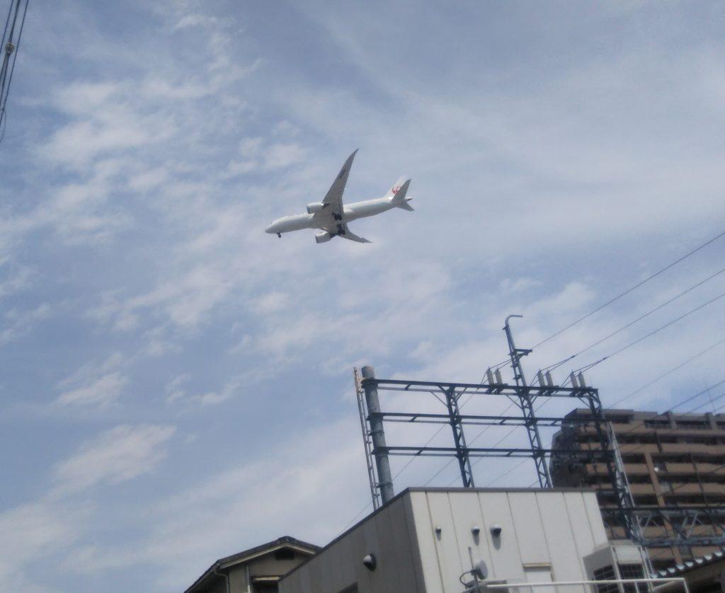 大阪・伊丹空港にもほど近い豊中 上空では至近距離で離発着の飛行機が