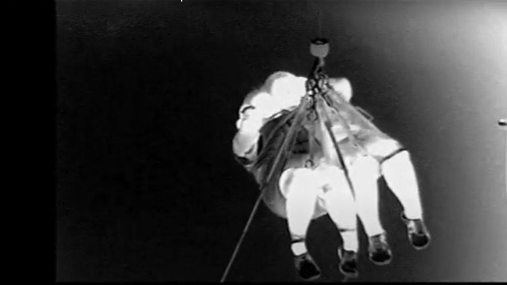要救助者引き上げのようす(夜間撮影のためモノクロ画像です)<2021年8月21日 ※画像提供・関西空港海上保安航空基地>